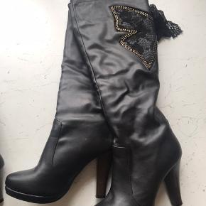 Virkelig flotte støvler med mange fine detaljer.  Foret indvendig, hælhøjde 8 cm. Aldrig brugt.