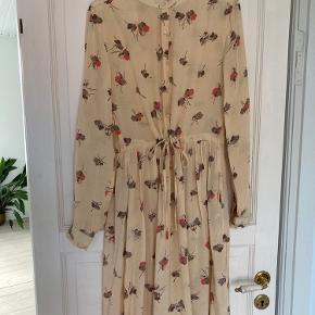 Fin kjole fra Lollys Laundry, i lækker blød viscose.