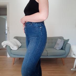 Jeans i modellen Oki (w27) de er højtaljede og ankel længde 🌼 Kun prøvet på, men er blevet vasket en gang 🌱