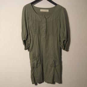 Sød olivengrøn kjole af 55% Hør 45% bomuld.