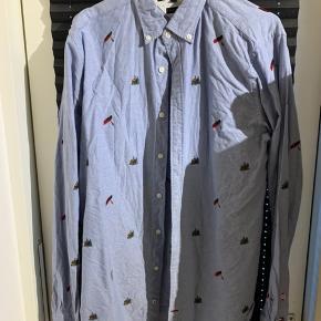 Tommy Hilfiger skjorte i medium, med broderede hytter og kanoer.