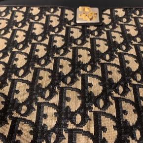 Vintage Christian Dior taske  Købt for længe siden som vintage for 3800 Kvittering haves ikke længere men den er garanteret ægte Den fremstår i rigtig fin stand og set på  vestaire til 2800 med pletter udenpå   Køber betaler Porto og gebyr