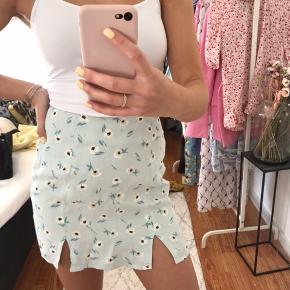 Fineste nederdel med to slidser i siden🤍