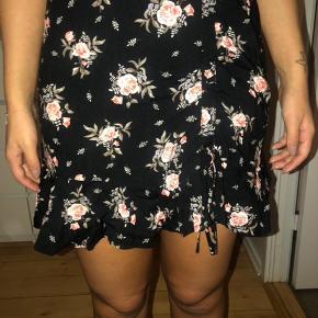 Blomstret nederdel fra H&M, aldrig brugt   📦kan sendes mod betaling  💰betaling kontant eller MobilePay