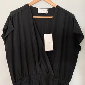 100% silke. Lang og meget flot kjole med slids. Aldrig brugt.