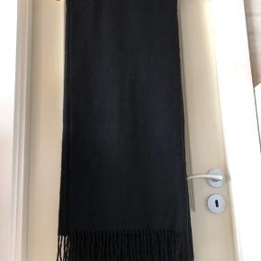 Stort Uldtørklæde fra Moss Cph  I sort str: 140+175  Med tags