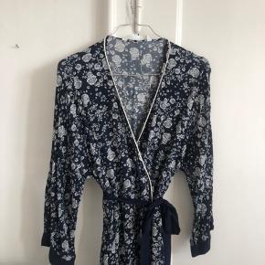 Fin kjole fra ZARA i str m. Fin stand. Giver mængderabat🌿