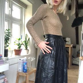 (Overvejer at sælge) Ægte læder vintage nederdel. Så fed og trendy lige nu🥵  Str. S (lynlås bagi)