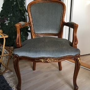Rigtig fin stol i mørkt træ og fin lyseblå velour. Siddehøjden er 45 cm.