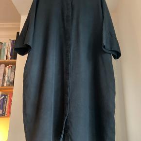 Rigtig fin skjortekjole fra COS. Materialet er Tencel Lyocell, som er blødt og lækkert, men dog med en lidt crisp følelse. Den er lidt oversize i størrelsen.
