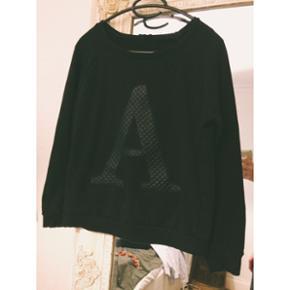 """Sort sweatshirt med """"A"""" i læderlignende stof. Brugt få gange Str S"""