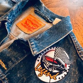 Klassiske Levi's jakke • Med 2 Patches strøget på fra det tidligere brand : Patché.   Størrelse: M   Ny pris: 999,95