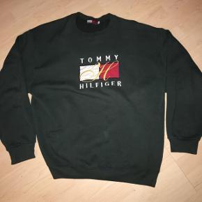 Vintage Tommy Hilfiger sweatshirt Fitter også en XL   Køberen betaler fragt  Fragt = 39kr