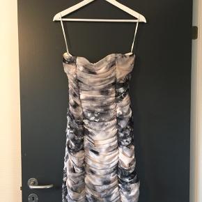 Kjolen har en lille plet foran - men på grund af mønsteret ses det ikke rigtigt. Derfor den gode pris på kun 30 kr