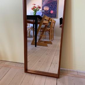 Det pæneste teak-spejl med en fin og enkel ramme. Selve spejlet er som nyt.  Mål: 35 x 71 cm