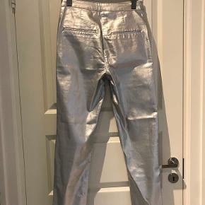 Flotte sølv skind look bukser med stretch i. Sidder flot til.   Aldrig brugt.