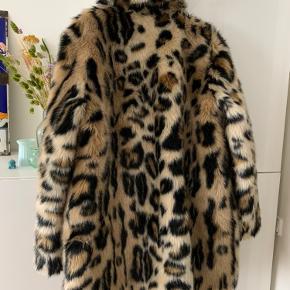 Rigtig fin frakke fra Stand i leopard print, næsten aldrig brugt, så den står som ny.