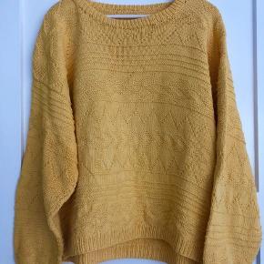 Hjemmestrikket sweater i 100% bomuld og god kvalitet.  Farven er gul.  Den kan være en oversize til en S/M eller mere regular til en M/L.   Brugt meget lidt.