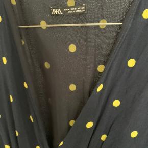 Mørkeblå lang kjole fra zara med gule prikker