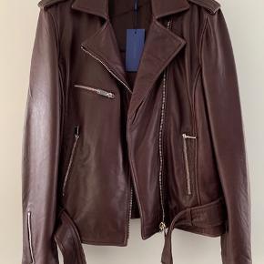 Lækreste jakke i det blødeste skind og smukkeste farve fra 2nd Day - passer perfekt til dette efterårs/vinters farver. Helt ny og ubrugt.  Mange fede detaljer.   Jeg bytter ikke 😊