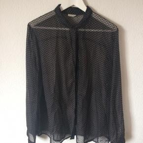 Nümph - gennemsigtig skjorte Str. 42 Næsten som ny Farve: mørkegrå med prikker Mål: Brystvidde: 120 cm hele vejen rundt Længde: 69 cm Køber betaler Porto!  >ER ÅBEB FOR BUD<  •Se også mine andre annoncer•  BYTTER IKKE!