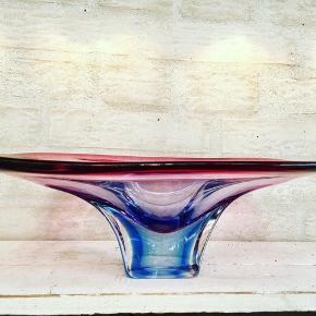 Stor, flot fad/skål i rosa, blå og klar krystal.  L: 34 cm, B: 23 cm.  Flot stand.  275kr.  Sendes eller leveres til Århus/Kbh mod forudbetaling