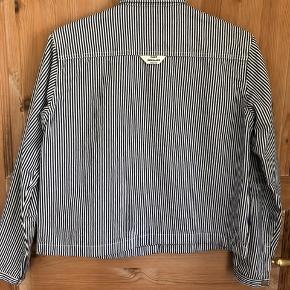 Super fin stribet råhvid/mørkeblå jakke med trykknapper og indvendige sidelommer. Den er som ny - jeg har kun gået med den et par gange men er for lille. Længden er 54 cm brystvidden er 2x50 cm