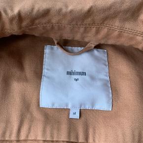 Minimum jakke/overdel i gylden brun sælges. Brugt meget lidt og er som ny.