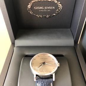 Sælger dette Georg Jensen Koppel 519 fra 2012, som nyt koster uret ca. 7.200,-. Uret er med tilhørende originalboks samt certifikat. Uret er aldrig brugt og fremstår som 100% nyt, men skal have skiftet batteri (ca. 50 kr.).