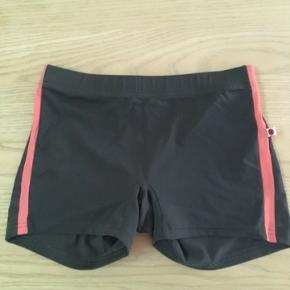 Jeg sælger disse flotte  specialdesignet shorts med elastik i taljen str. XS fra Yumiko.  Kun brugt en enkelt  gang. Talje 60 cm og længde 24 cm. Se også mine andre spændende annoncer🌞🌸☘️🌼  Shorts Farve: Grå
