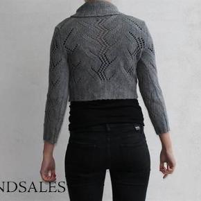 Varetype: Grå strikket kort cardigan sweater til taljen med knaper strik knit trøje bluse Størrelse: Xsmall Farve: Grå  Lækker varm kort cardigan, der er som ny :-)  Den sælges for 75 + porto :-)