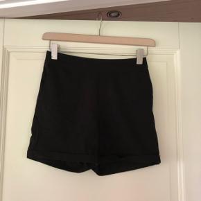 Det er ikke så tideligt på billedet, men shorts'ene er med elastik, så de er super behagelige at have på.