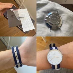 Uret er brugt som man kan se på remmen, men selve uret har ingen skader. Prisen er sat så man kan købe en ny rem men at man har uret😊 æske osv. medfølger. Uret hedder CLASSIC GLASGOW i sølv. Uret måler 36 mm i diameter. Der medfølger en lille form for nål til at få uret af remmen. Skriv hvis du har spørgsmål eller vil give et bud😊 ps.