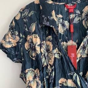 Blå slå om bluse i 100% silke.  Uk str 22 svarende til en str 50. Ca brystmål 2x  64 cm. Lidt afhængigt af hvor stramt du binder slå-om'effekten.   Prisen er fast, så bud modtages ikke.