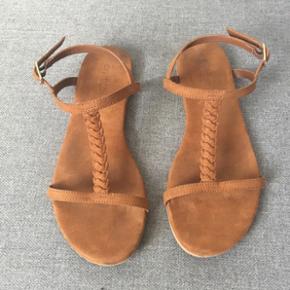 Fine sandaler. Næsten ikke brugt. Velholdte og næsten som nye.    Se også mine andre annoncer, med gode priser på blandt andet tøj fra designers remix, Won Hundred og mbyM.