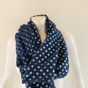 Smukt mørkeblå tørklæde med små sølv prikker på. Blanding af hør og bomuld, meget let og behageligt at have på. Kun brugt få gange.  Mål: 75x175 cm