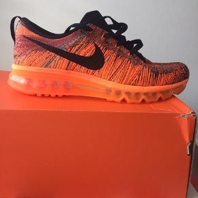 Seje og populære sneakers fra nike :) aldrig brugt. Nike flyknit max