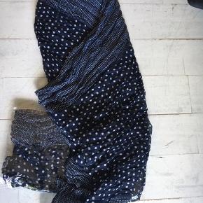 Helt nye og aldrig brugte lækre tørklæder, mange stadigt i indpakning. Der er ikke noget mærke på så det er 'bare' er tørklæde😊 sælges for 25 kr pp. Bytter ikke.