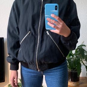 Bomber jacket fra Weekday. Jeg er normalt en størrelse S og er 165 cm. Afslappet og lidt oversized, med god plads til en stor, varm trøje under. Vil sige den også passer en M fint.