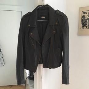 Mørkebrun læderjakke fra Zara i biker-stil. Passes af S og M