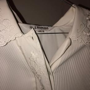 Hvid skjorte med mønstre.  Tjek mine andre annoncer ud!🌺