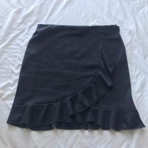 Mørkegrå flot nederdel med detalje foran 🌿