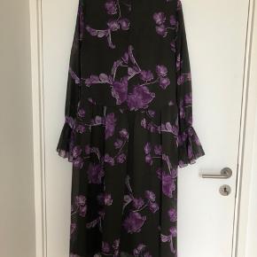 Sælger denne super fine kjole i grøn og lilla🌸