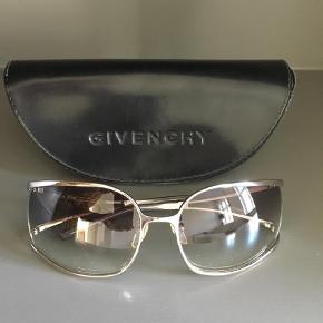 Varetype: Solbriller Størrelse: 6x4/5 cm per glas Farve: Sort,Sølvgrå,Sølv  Vintage Givenchy solbriller i original etui. Ingen ridser eller skader, i perfekt stand. Hvert glas måler 6 x 4,5 cm (målt på største led) og har et farveforløb (mørke grå i toppen som bliver lysere nedadtil).   Mindstepris 650kr pp   Jeg bytter ikke og besvarer ikke henvendelser vedrørende byt. Køber betaler TS gebyr hvis denne ønskes. Fra røg- og dyrfrit hjem