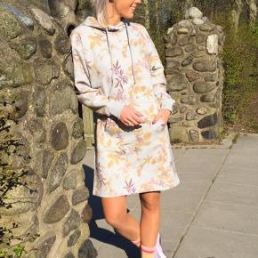 Den fedeste hoodiekjole med blomster/bladeprint 😍💕 Stadig med prismærke.  Np. 499,95  Tip!  Super lækker at rejse i - brug den med eller uden strømpebukser ;-) perfekt nu her til efteråret eller til sensommer 😊