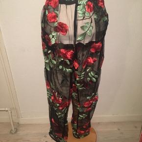 Sorte mesh bukser med røde roser på - gennemsigtige - har haft dem på en gang med cykel shorts under. Størrelsen er en uk 12 - elastik i livet.