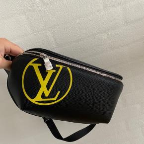 Sælger denne mega lækre taske fra Louis Vuitton. Den er stort set aldrig brugt og er stadig med plastik på. Alt medfølger
