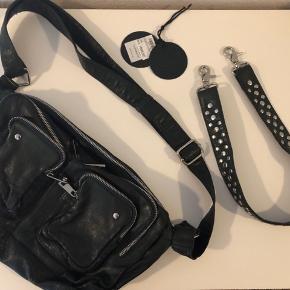 Den fine Alimakka taske i farven Green Washed er brugt to gange. Den var købt til en tur i New York, men da den ikke længere er i brug, vil jeg gerne sælge den!  En fin rem medfølger samt en etiket  Købt for 1099,95 kr. i Message - Jeg er villig til at forhandle om prisen :)