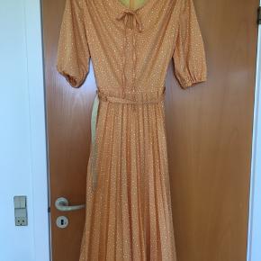 Perfekt smuk vintage - retro  kjole. Standen er perfekt. Det er en str 40, og kan også passe en 38. Underdelen er plisseret. Mål: længde 116 cm, bryst: 2*46. talje: 2 * 39 cm.