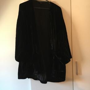 Super fin velour cardigan/blazer fra monki. Den har store lommer 👌 og er rigtig behagelig at have på. Passer også en Large.